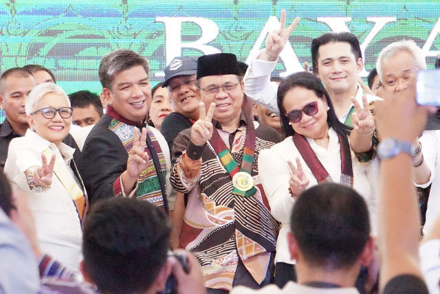 PEACE SIGN. MILF chairman Al Haj Murad Ebrahim (center) attends the last address of Mujiv Hataman as ARMM governor, in Cotabato City on December 19, 2018. Photo by Carmela Fonbuena/Rappler