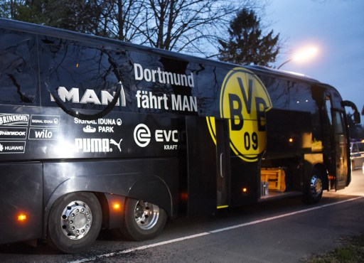 Duel Borussia Dortmund kontra AS Monaco ditunda setelah bus yang ditumpangi para pemain Dortmund terkena ledakan bom, Rabu (12/4). Foto oleh Patrik STOLLARZ / AFP