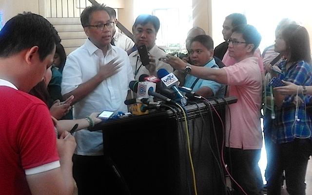 STEP DOWN. Interior Secretary Manuel Roxas II issues a statement on Mayor Junjun Binay's refusal to step down on June 30, 2015. Rappler photo