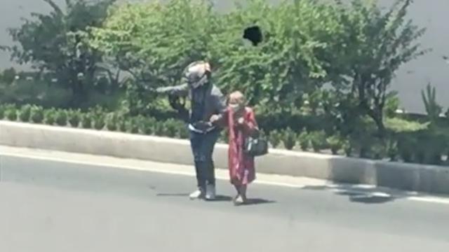 'FAITH IN HUMANITY RESTORED'. An unidentified motorist helped an elderly woman cross the busy street in Quezon City. Screenshot from Jerremie Villanueva Facebook post