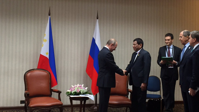MEETING HIS HERO. Philippine President Rodrigo Duterte can't help but smile upon meeting Russian President Vladimir Putin in Lima, Peru. Photo from SAP Christopher Go