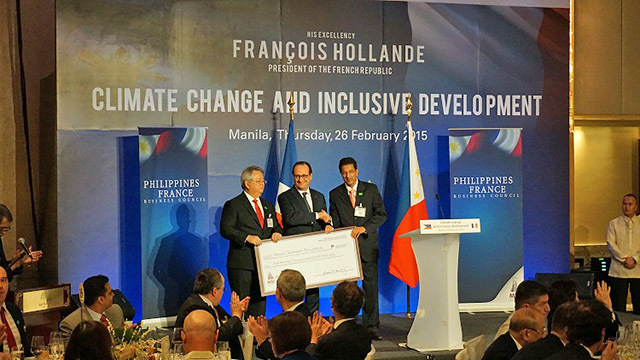 PRAISING. Dilip Vaswani (right) Chairman of FP-UA, receives P 500,000 from French President Hollande to turn FP-UA into a foundation