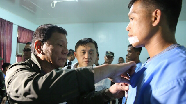 AWARD. President Rodrigo Duterte visits the members of the Presidential Security Group injured in an ambush in Marawi City a day before his visit to Lanao del Sur. Contributed photo