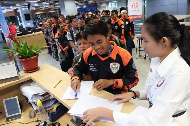 SIGN UP. Participants line up to get a special badge certifying them as Agos Emergency Responders. Photo by LeAnne Jazul/Rappler