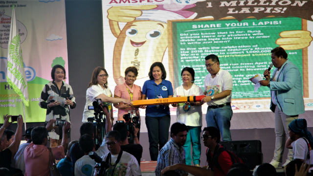 EDUCATION. Council for the Welfare of Children officials turn over a symbolic pencil to Department of Education Assistant Secretary Tonisito Umali (2nd from R). Photo by Apple Grace Danuco/ Rappler