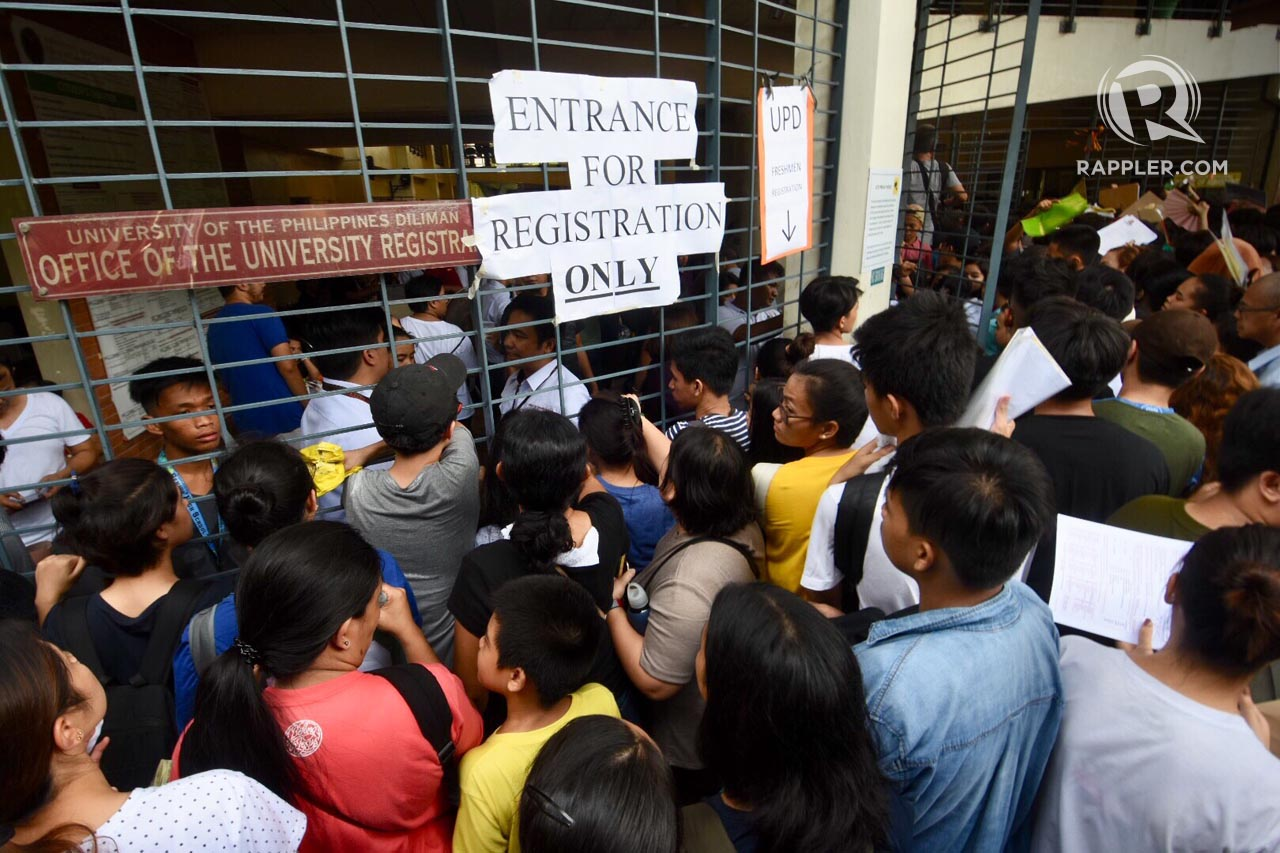 APPLICANTS. Aspiring University of the Philippines students crowd around the Office of the University Registry to submit their applications. Photo by Angie de Silva