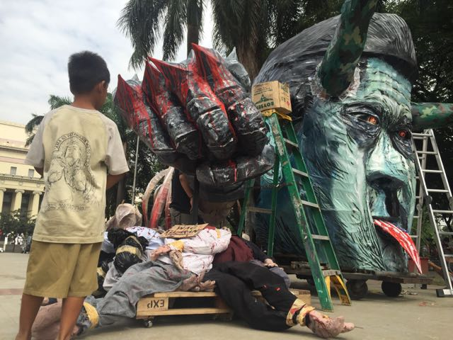 HUMAN RIGHTS DAY. On December 10, 2016, a child looks at a pile of 'dead bodies' that forms part of an effigy depicting the culture of impunity in the Philippines and the authoritarian tendencies of President Rodrigo Duterte. Photo by Voltaire Tupaz/Rappler