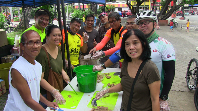 SPIRIT OF GIVING. FEED and Bike Scouts volunteers prepare meals for the homeless of Manila. Photo by Arlit Janry Parlero/Rappler