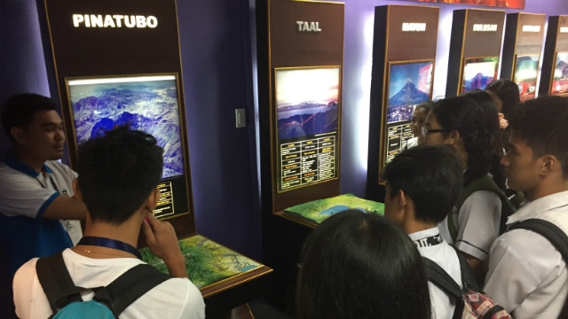 GEOLOGICAL HAZARDS. High school students tour Phivolcs' geological hazards exhibit on November 4, 2016. Photo by Gwen de la Cruz/Rappler.com