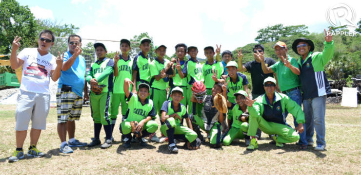 BATTER UP. The CAVRAA elementary baseball squad throw up the peace sign at Palaro 2014. Photo by Lance Aquino/Rappler