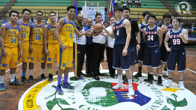 SPORTSMANSHIP. The UC Webmasters and their opponents from Japan pose for a picture pre-game. Photo by PJ Estan/Rappler
