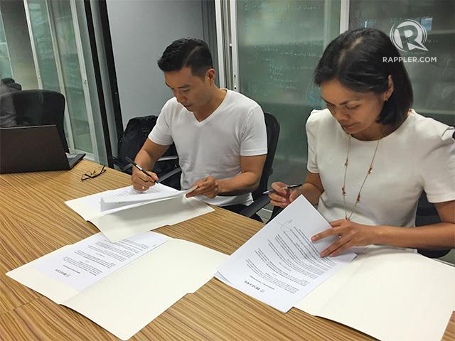 SIGNING. SEDPI's Vince Rapisura and Rappler's Glenda Gloria sign the Memorandum of Understanding on August 4, 2016 at the Rappler office.