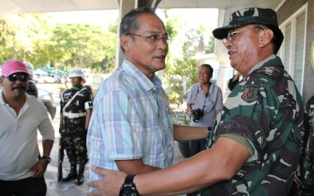 FRIENDS. A file photo of MILF Commander Wahid Tundok visiting the 6th Infantry Division headquarters on March 1, 2014