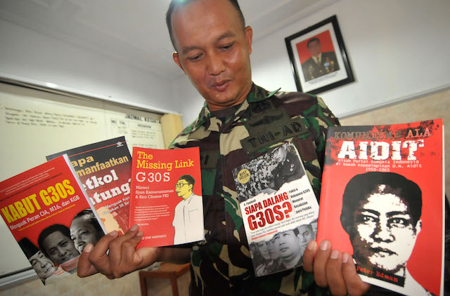 GELEDAH. Komandan Kodim 0712/Tegal Letkol Inf Hari Santoso menunjukkan lima judul buku Partai Komunis Indonesia (PKI) yang disita dari sebuah mal, pada 11 Mei 2016. Foto oleh Oky Lukmansyah/Antara