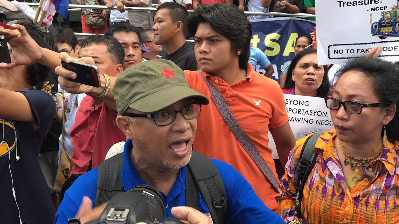 STRIKE. In this file photo, Piston leader George San Mateo talks to Quezon City police during the October 2017 transport strike. File photo by Aika Rey/Rappler