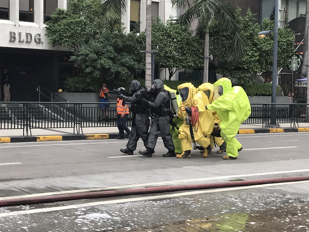 CHEMICAL LEAK. Rescuers respond to the gas leak earthquake drill scenario in Pasig City. Photo by Gari Acolola
