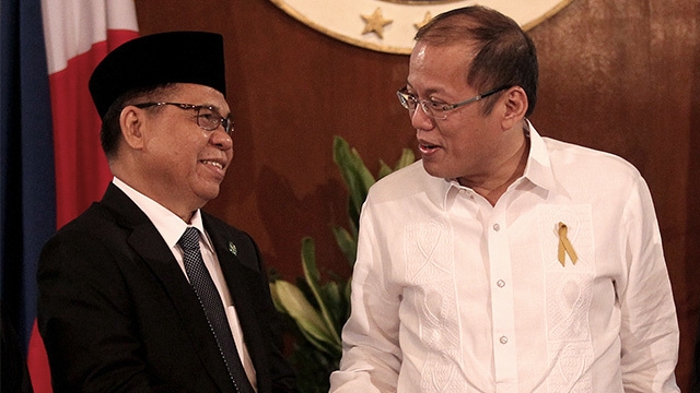 HISTORIC MEETING. President Benigno Aquino III shakes the hand of Moro Islamic Liberation Front chairperson Murad Ebrahin during the signing of the Comprehensive Agreement on the Bangsamoro in Malacañang on March 27, 2014. File photo by Malacañang Photo Bureau