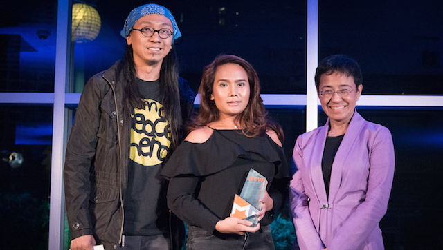EARTH MOVER. Cherrie Atilano (center) receives her award during the Move Awards 2016 night at the Ayala Museum. Photo from Rappler