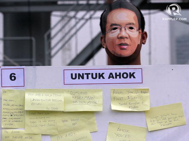 """Pendukung Gubernur Jakarta Basuki """"Ahok"""" Tjahaja Purnama menuliskan dukungan untuk Ahok dalam konflik melawan DPRD Jakarta dalam demonstrasi 1 Maret 2015. Foto oleh Gatta Dewabrata/Rappler"""