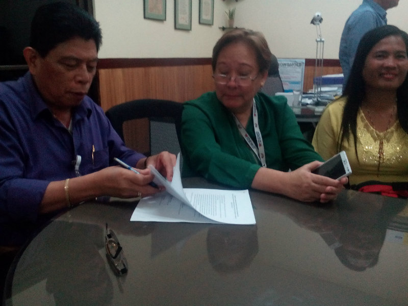EL NIÑO. DWSD Field Office Region X signs an agreement with Bukidnon farmers to expedite rice aid to El Niño-affected farmers. Photo from DSWD