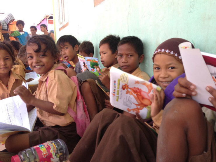 HUNGRY FOR BOOKS. The children of Messah Island reading books provided by Taman Bacaan Pelangi. Photos courtesy of Hanny Kusumawati and Nitara Nivatvongs Layton<br /><br /><br />