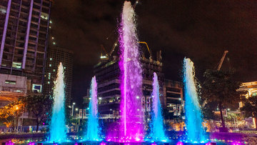 UPTOWN MALL'S FOUNTAIN. The light show begins at 6 pm every day. Photo by Karen Dela Fuente/Rappler