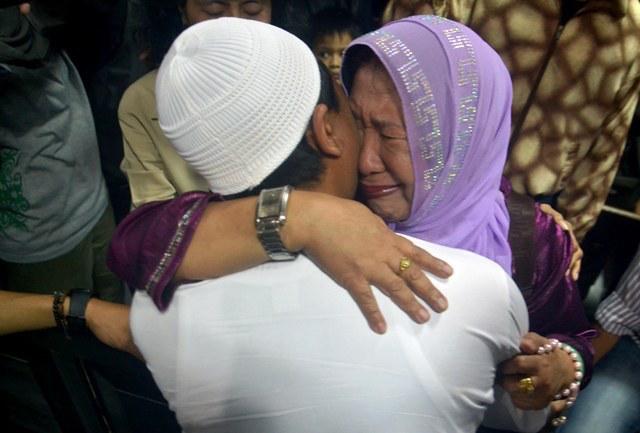 GUILTY. Rukmini, the mother of Gowa civil servant Fadhli Rahim, weeps as she hugs her son. Photo by Mansyur Rahim/Rappler