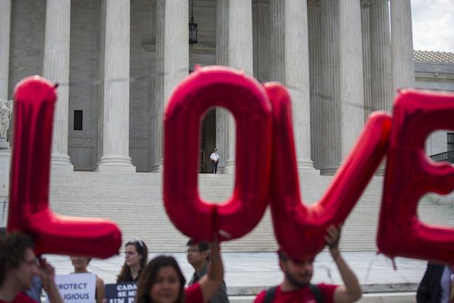 Pendukung pernikahan sesama jenis di AS mengumandangkan #LoveWins, saat Mahkamah Agung melegalkan pernikahan sesama jenis, 26 Juni 2015. Foto oleh EPA