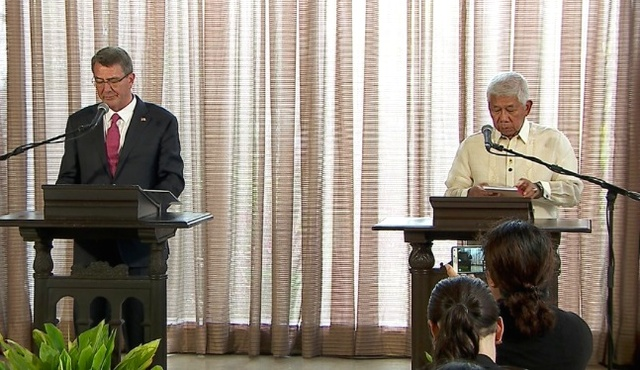 JOINT BRIEFING. US Defense Secretary Ashton Carter (left) and Philippine Defense Secretary Voltaire Gazmin field questions at a joint press conference in Malacañang on April 14, 2016. Photo from RTVM Twitter page