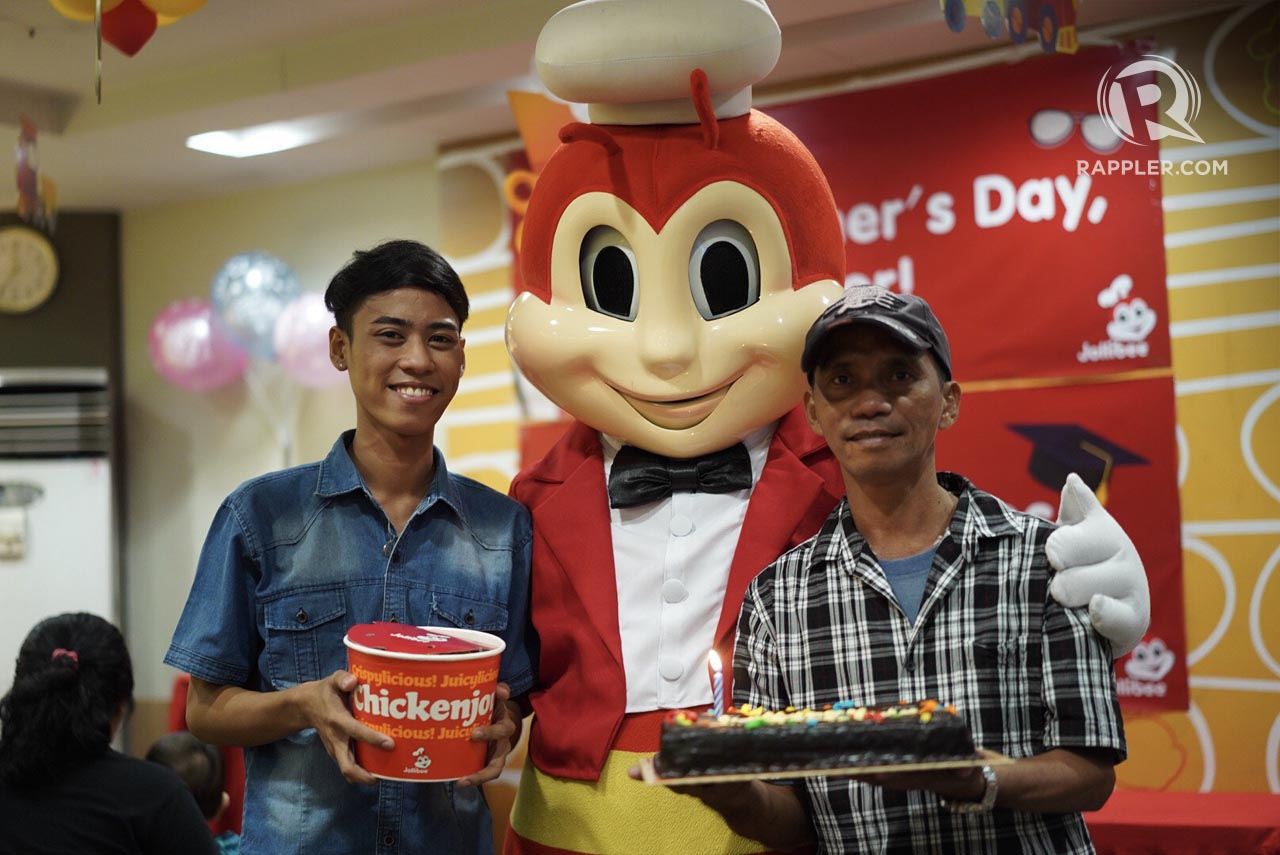 DOUBLE CELEBRATION. Ryan thanks his friends and families who came to celebrate both his graduation and father's day with his dad. Photo by Martin San Diego/Rappler