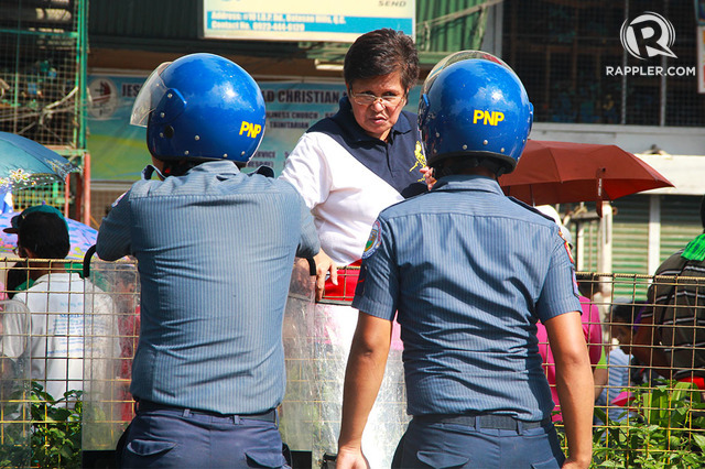 CONVERSATION. A citizen discusses matters with members of the Philippine National Police near the House of Representatives. Photo by Katrina Artiaga / Rappler