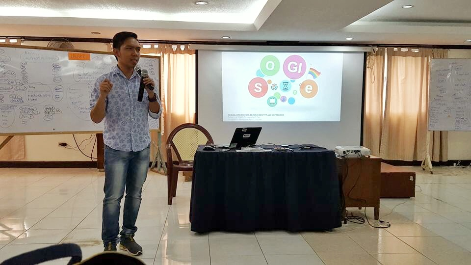ABOUT SOGIE. Arnold Buhisan discusses sogie during a gender sensitivity training conducted for the staff of DSWD Central Office. Photo courtesy of Arnold Buhisan