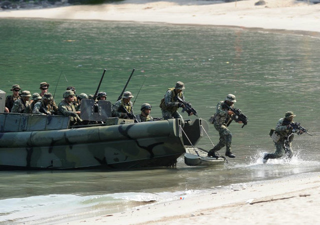 MORE TRAINING. Philippine Marines simulate a beach landing exercise as part of their annual joint naval exercises with the US in October 2015. The EDCA aims to conduct more military training with Philippine forces. File photo by Ted Aljibe/AFP