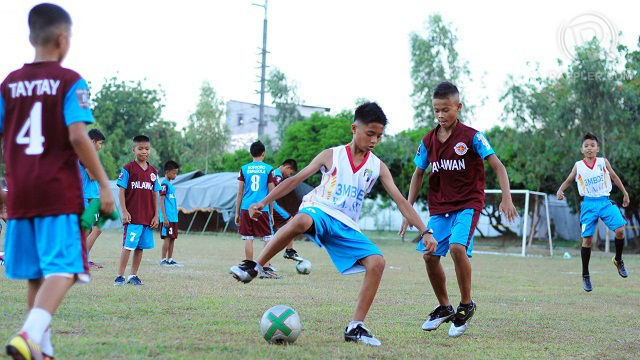PLAYING TO WIN. During the second Football for Peace Festival, young football players from Palawan, demonstrated determination and enthusiasm during their warm-up drill. Rappler file photo