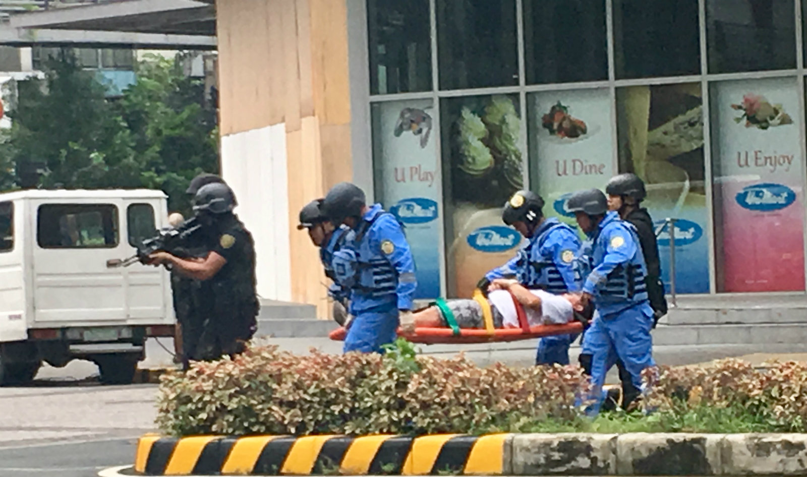 RESCUE. Pasig Rescue Task Force and SWAT members rescue wounded civilians inside Unimart. Photo by Abigail Abigan/Rappler