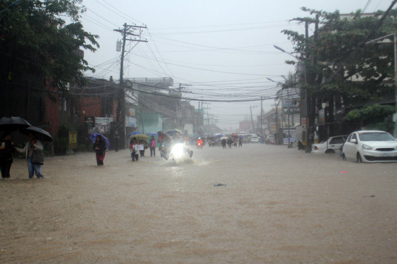 WIDESPREAD FLOODING. Waist to neck-deep flood engulfs parts of Legazpi City, prompting the city government to suspend classes in all levels on Wednesday afternoon, January 3. Photo by Rhaydz Barcia/Rappler