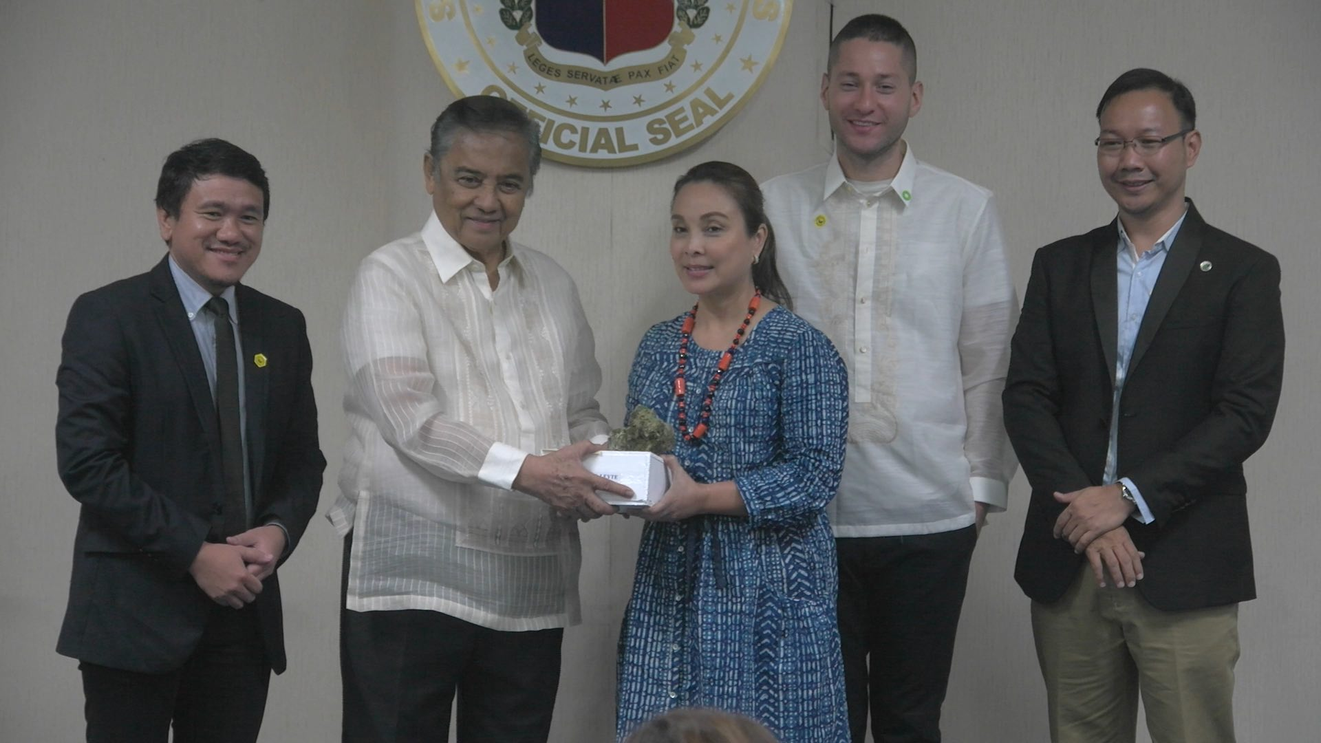 LUNTIANG KAPAWA. Senator Loren Legarda accepts the Luntiang Kapawa Award for shepherding the Senate's concurrence to the ratification of the historic Paris Agreement on Climate Change