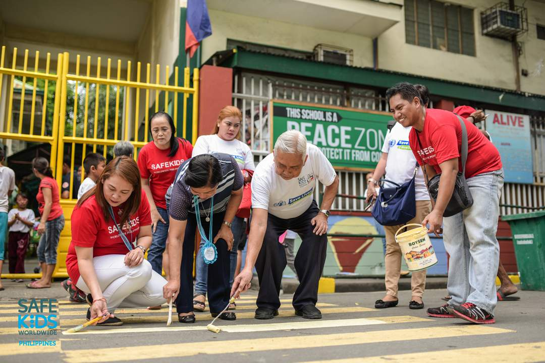 PEDESTRIAN. Road safety advocates and school officials of the T. Paez Elementary School repainted the pedestrian lane outside their school. Photo by Heinz Reimann Orais