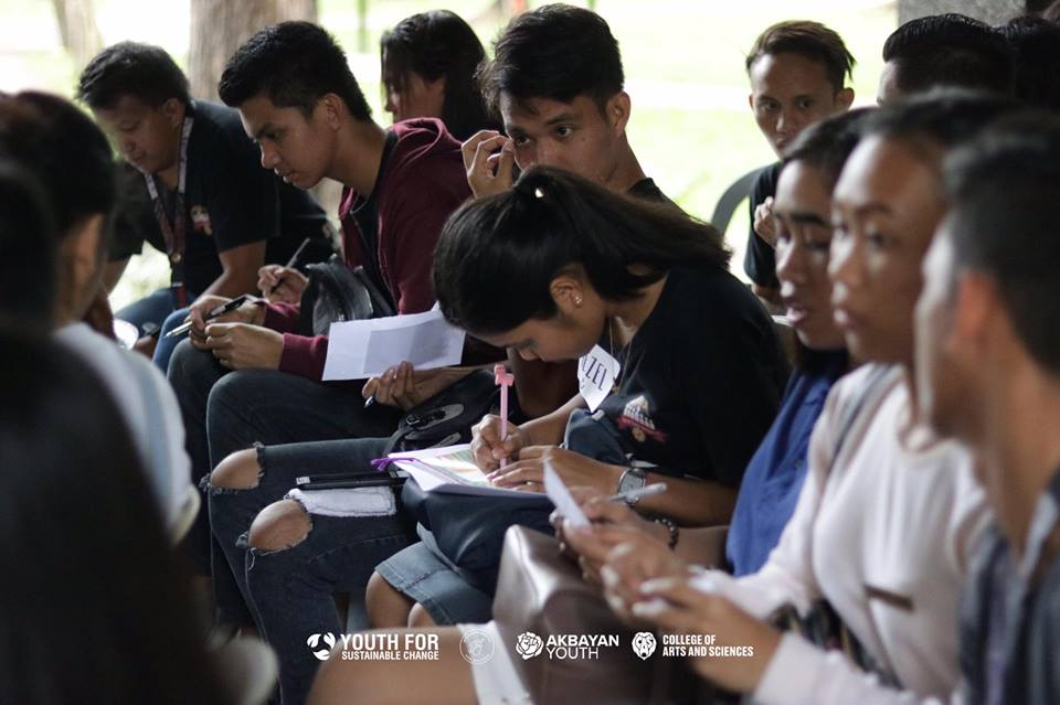 FOR THE STUDENTS. Participants of the 1st STRAW forum in Bacolod jot down notes during breakout sessions. Photo courtesy of Winston Daffon