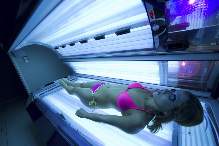 CAUSES CANCER. In this file photo taken on July 31, 2009, a young woman lies on a sunbed or tanning bed in Santiago. Photo by Martin Bernetti/AFP