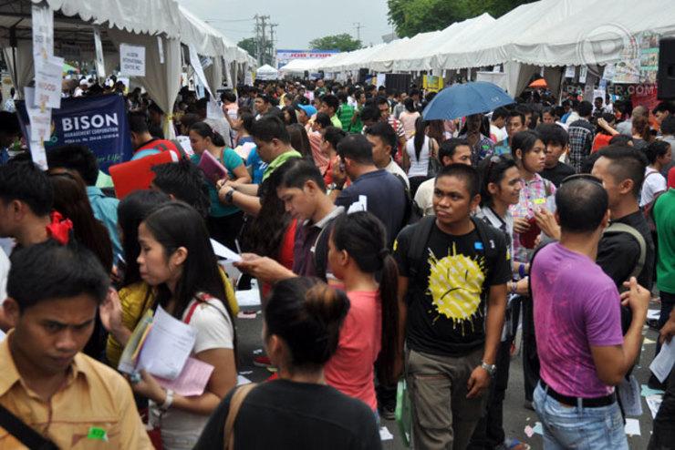 JOB SECURITY. The ratio of full-time workers fall to 62.7% in July from 65% a year ago. File photo by Arcel Cometa / Rappler.com