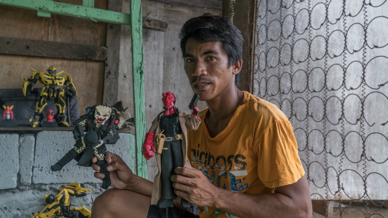 ARTIST. A pedicab driver from Catbalogan City crafts his action figures from scrap materials. Photo by Vee Salazar/Rappler
