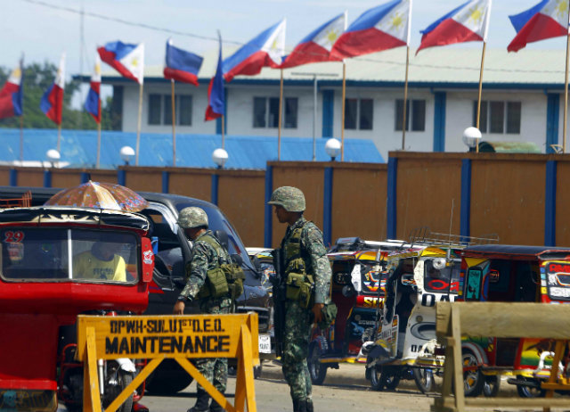 TIGHT SECURITY. Filipino soldiers stand guard at a military checkpoint during Philippine President Benigno Aquino III's trip to the island of Sulu, southern Philippines, on June 15, 2016, after the murder of Canadian national Robert Hall. File photo by Ben Hajan/EPA