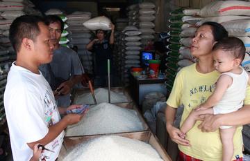 Pedagang beras melayani pembeli di pasar tradisional di Jakarta, 24 Februari 2015. Foto Adi Weda/EPA