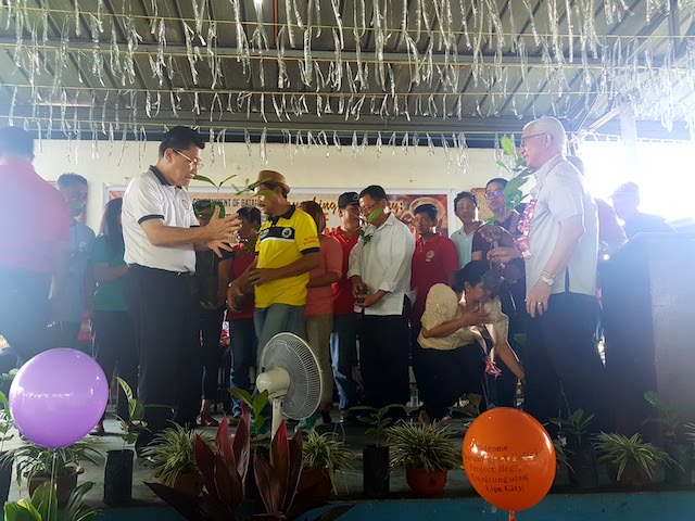 SEEDLINGS. Batangas Forum president Francisco Lirio led the distribution of seedlings to farmers. Photo courtesy of Tina Ganzon-Ozaeta