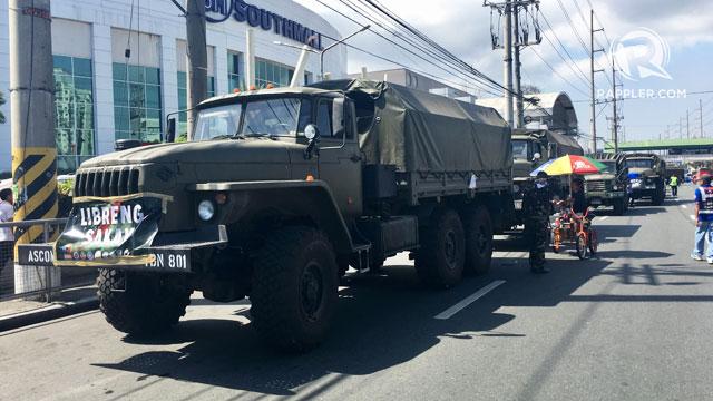 'LIBRENG SAKAY'. Military trucks line up along Alabang-Zapote Road for affected commuters on 'Tanggal Bulok, Tanggal Usok' operations. Photo from Keb Cuevas/Rappler