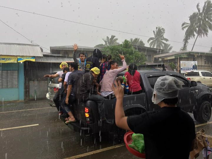 RAIN OR SHINE. The rain did nothing to stop Balo-i residents from continuing their relief operations for civilians affected by the clash between government troops and the Maute group.