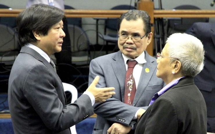 FIRST BRIEFING. Senator Bongbong Marcos (left), chair of the Senate Committee on Local Government, talks to Office of the Presidential Adviser on the Peace Process (OPAPP) Secretary Teresita Quintos-Deles (right) and Bangsamoro chairman Mohaguer Iqbal (center) before the start of a briefing on the proposed Bangsamoro Basic Law. Photo by Albert Calvelo/PRIB