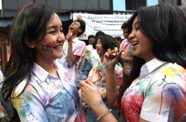 Siswi-siswi di SMU di Medan, Sumatra Utara, sedang merayakan kelulusan mereka, 18 April 2013. Foto oleh Dedi Sahputra/EPA