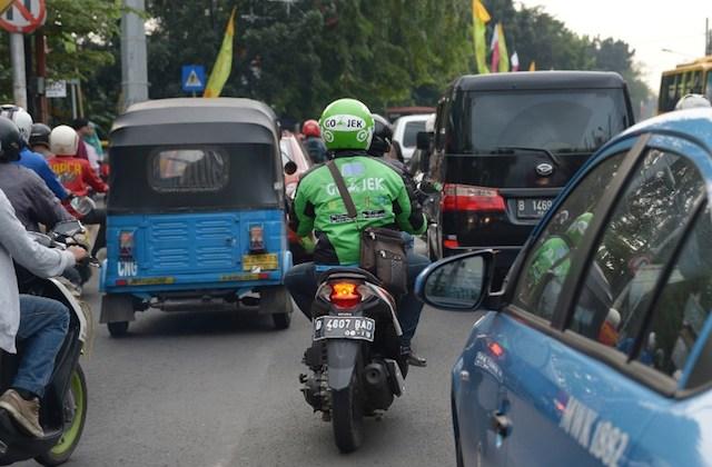 GOJEK. Seorang pengemudi ojek mitra Go-Jek Indonesia. Kantor Go-Jek di Jakarta Selatan ditembak oknum tak dikenal pada Minggu, 1 november 2015. Foto oleh Adek Berry/AFP